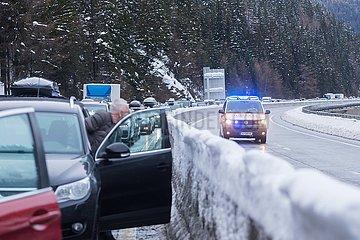 Stau auf der Brenner-Autobahn in Richtung Italien/Suedtirol. Wegen Schneefalls und Lawinenabgaengen war die Autobahn A22 zeitweise komplett gesperrt. Im Bild ein Notarzt auf dem Weg zu einem Unfall