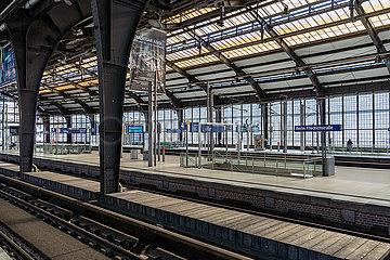 Berlin waehrend der Ausgangsbeschraenkung: Menschenleerer Bahnhof Friedrichstrasse