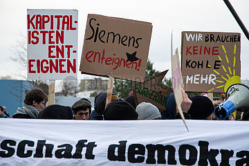 Protest in front of the Siemens AGM