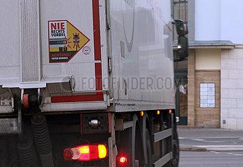 Berlin  Deutschland  Warnhinweis Achtung Toter Winkel an einem LKW