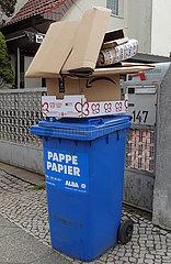 Berlin  Deutschland  volle Papiermuelltonne
