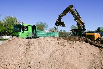 Deutschland  Bremen - Planierungsarbeiten bei einer Baustelle fuer einen Neubau