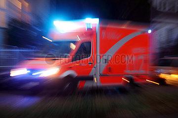 Berlin  Deutschland  Rettungswagen der Berliner Feuerwehr im Einsatz