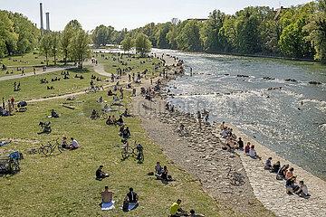 Sonnenbadende am Isarstrand  Muenchen  April 2020