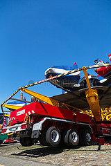 Deutschland  Bremen - Schausteller haben ein Karussel fuer die TUEV-Abnahme aufgestellt