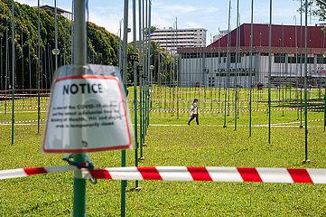 Singapur  Republik Singapur  Abgesperrte oeffentliche Rasenflaeche waehrend Covid-19 Massnahmen