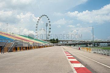 Singapur  Republik Singapur  Singapore Flyer Riesenrad am Ufer in Marina Bay
