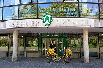Deutschland  Bremen - Brieftraegerin an der Geschaeftsstelle des SV Werder Bremen im Weserstadion