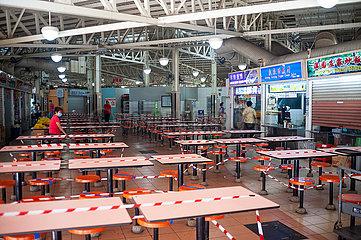 Singapur  Republik Singapur  Abgesperrter und geschlossener Essbereich in einem Hawker Centre