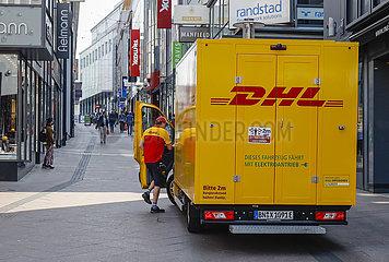 DHL Paketwagen  Essen  Nordrhein-Westfalen  Deutschland