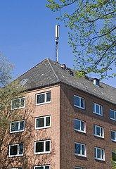 Mobilfunkmast auf dem Dach eines Wohnhauses