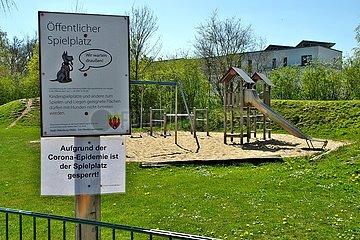 Corona-Krise. Gesperrter Kinderspielplatz | corona crisis. Locked children's playground