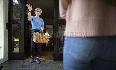 Einkauf fuer aeltere Frau