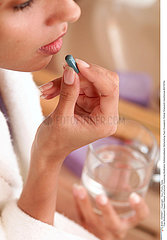 THERAPEUTIQUE FEMME WOMAN TAKING MEDICATION
