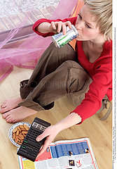 ALIMENTATION FEMME GRIGNOTAGE WOMAN SNACKING