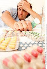 THERAPEUTIQUE HOMME MAN TAKING MEDICATION
