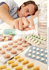 THERAPEUTIQUE HOMME!!MAN TAKING MEDICATION