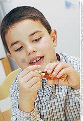 ALIMENTATION ENFANT SUCRERIE!!CHILD EATING SWEETS