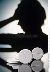 THERAPEUTIQUE FEMME!!WOMAN TAKING MEDICATION
