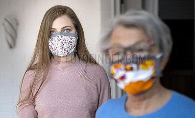 Frauen mit Masken