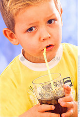 BOISSON FROIDE ENFANT!!CHILD WITH COLD DRINK
