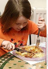 ALIMENTATION ENFANT REPAS!!CHILD EATING A MEAL