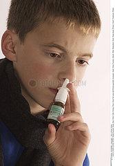 NEZ AEROSOL ENFANT!CHILD USING NOSE SPRAY