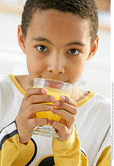 BOISSON FROIDE ENFANT!CHILD WITH DRINK