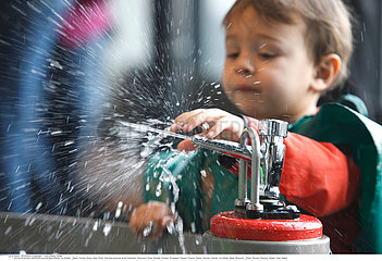 EXTERIEUR JEU EAU ENFANT!CHILD PLAYING W. WATER OUTDOORS
