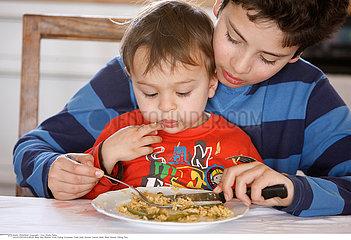 ALIMENTATION ENFANT REPAS!CHILD EATING A MEAL