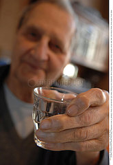 BOISSON FROIDE 3EME AGE!ELDERLY PERSON WITH DRINK