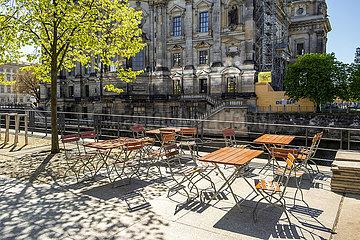 Berlin  Deutschland: Unbenutzte freie Stuehle eines Restaurants gegenueber dem Berliner Dom