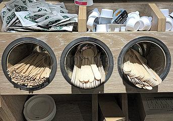 Mannheim  Deutschland  Einweg-Holzbesteck im Regal eines Coffee-Shops