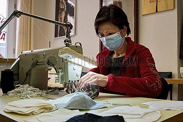 Berlin  Deutschland: Aenderungsschneiderin bei der Herstellung von Atemmasken