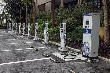 Conghua  China  Elektrotanksaeulen auf einem oeffentlichen Parkplatz