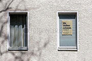 Berlin  Deutschland: Wir bleiben zuhause Plakat in einem Fenster