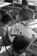 Berlin  Deutsche Demokratische Republik  Kinder spielen im Kindergarten mit einem Mozaika Steckspiel