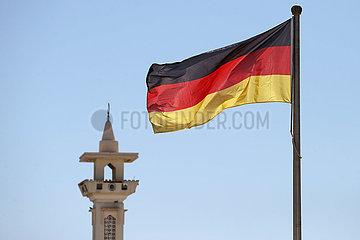 Doha  Katar  Nationalfahne der Bundesrepublik Deutschland weht vor einem Minarett