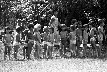 Berlin  Deutsche Demokratische Republik  Kinder und Erzieherin in einem Kindergarten