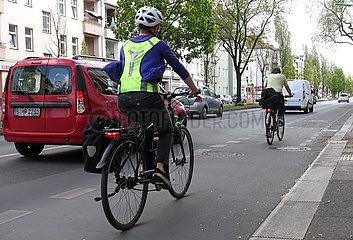Berlin  Deutschland  Fahrradfahrer und Autos fahren gemeinsam auf einer Strasse