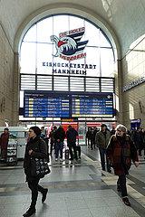 Mannheim  Deutschland  Reisende in der Eingangshalle des Hauptbahnhofs