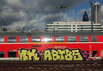 Frankfurt am Main  Deutschland  Graffiti an einem Regionalexpress der Deutschen Bahn