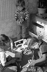 Berlin  Deutsche Demokratische Republik  Jungen spielen in einem Kindergarten mit Bausteinen
