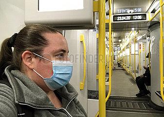 Berlin  Deutschland  Frau in einer U-Bahn traegt in Zeiten der Coronapandemie einen Mund-Nasen-Schutz