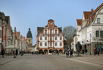 Speyer  Deutschland  Maximilianstrasse mit Barockbau Alte Muenze und Stadttor Altpoertel