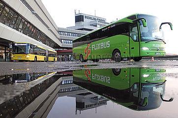 Berlin  Deutschland  BVG-Bus der Linie TXL und Flixbus vor dem Terminal des Flughafen Berlin-Tegel