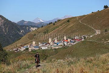 Adishi  Georgien  Berglandschaft mit Blick auf das Dorf Adishi