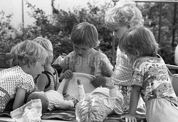 Berlin  Deutsche Demokratische Republik  Maedchen spielen in einem Kindergarten