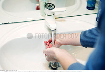 HAND WASHING  WOMAN