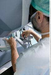 Roboter unterstützte Operation /ROBOT-ASSISTED SURGERY